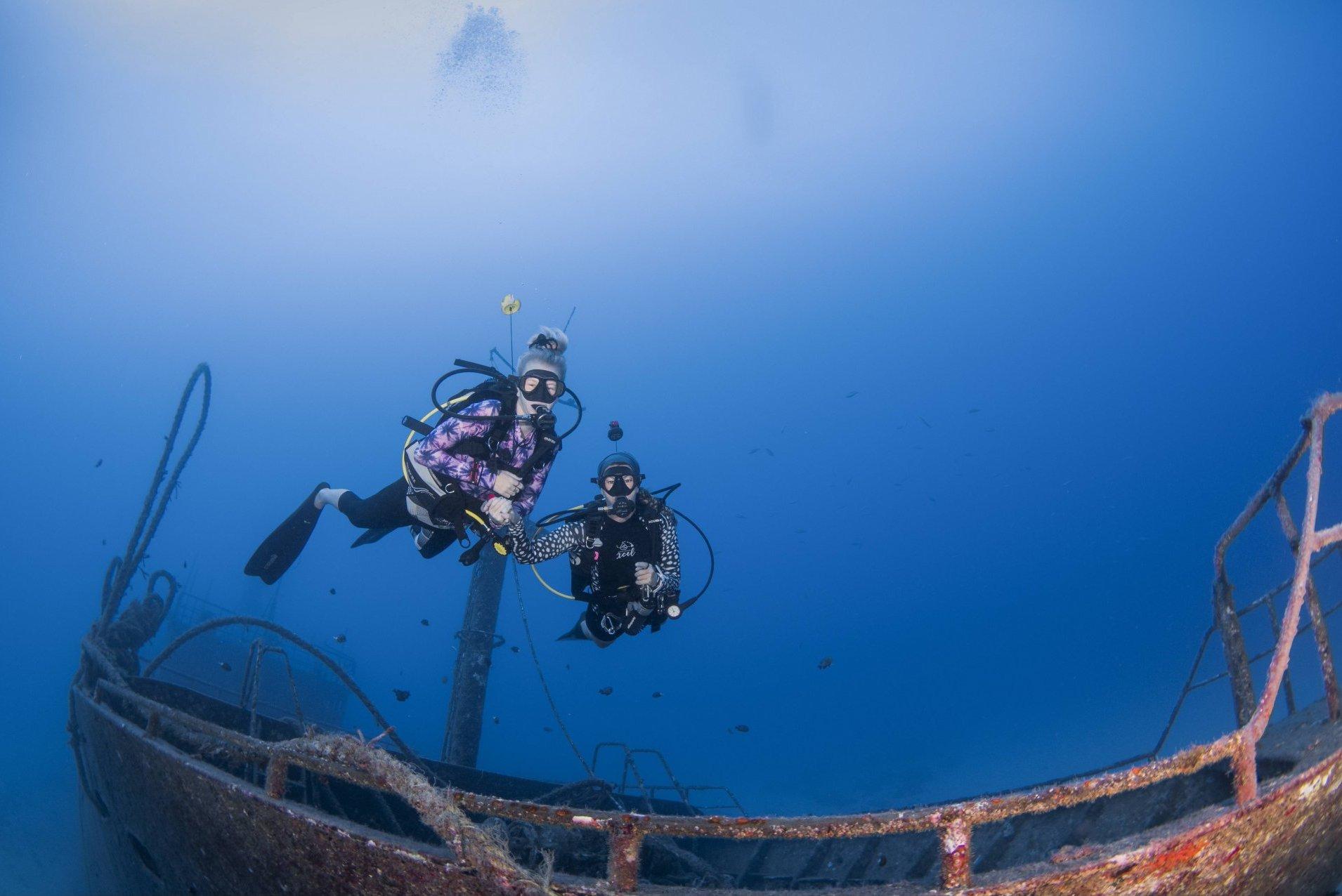 Professionelle Tauchausbildung auf Mauritius, 2 gernerations diiving, shipwreck, Mauritius, Girls that scuba